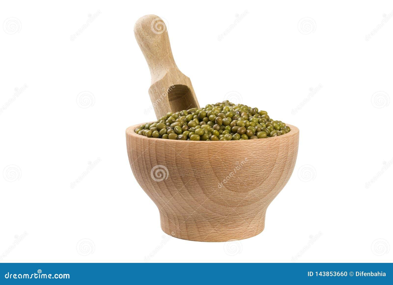Mung ή Mungo φασόλι στο ξύλινο κύπελλο και σέσουλα που απομονώνεται στο άσπρο υπόβαθρο διατροφή βιο Φυσικό συστατικό τροφίμων