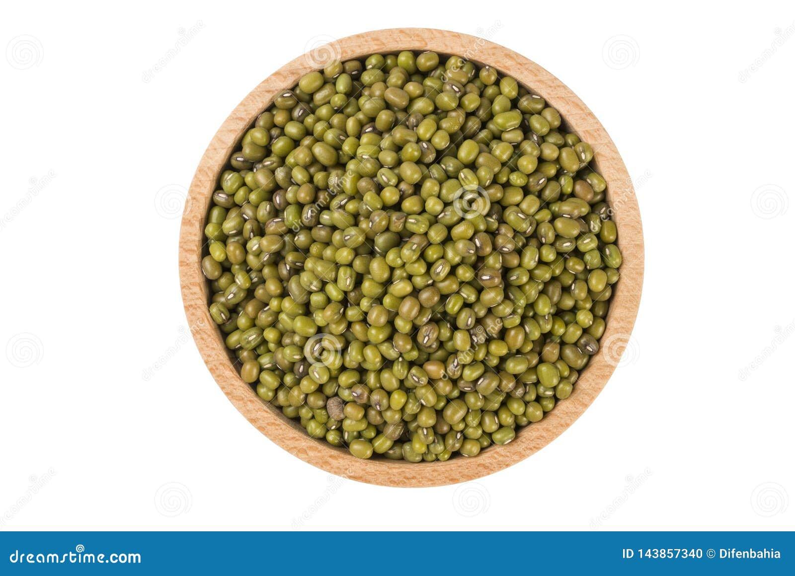 Mung ή Mungo φασόλι στο ξύλινο κύπελλο που απομονώνεται στο άσπρο υπόβαθρο διατροφή Συστατικό τροφίμων