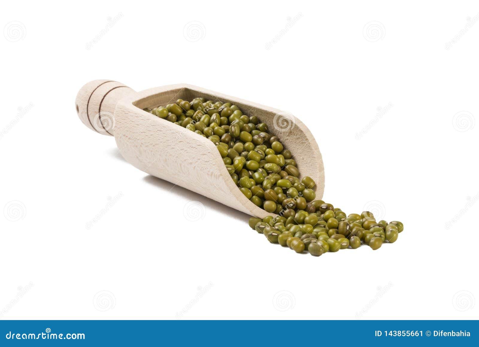 Mung ou mungo dans le scoop en bois d isolement sur le fond blanc nutrition bio Ingrédient de nourriture naturel