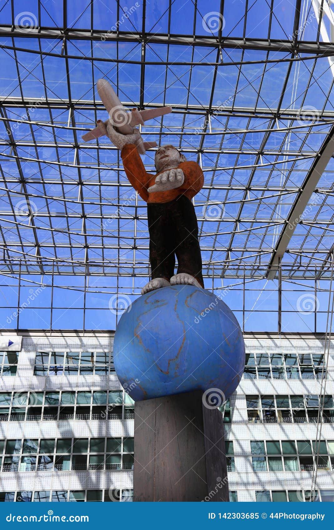 MUNICH, BAVIERA, ALEMANHA - 13 DE MARÇO DE 2019: Exposição de arte no aeroporto de Munich