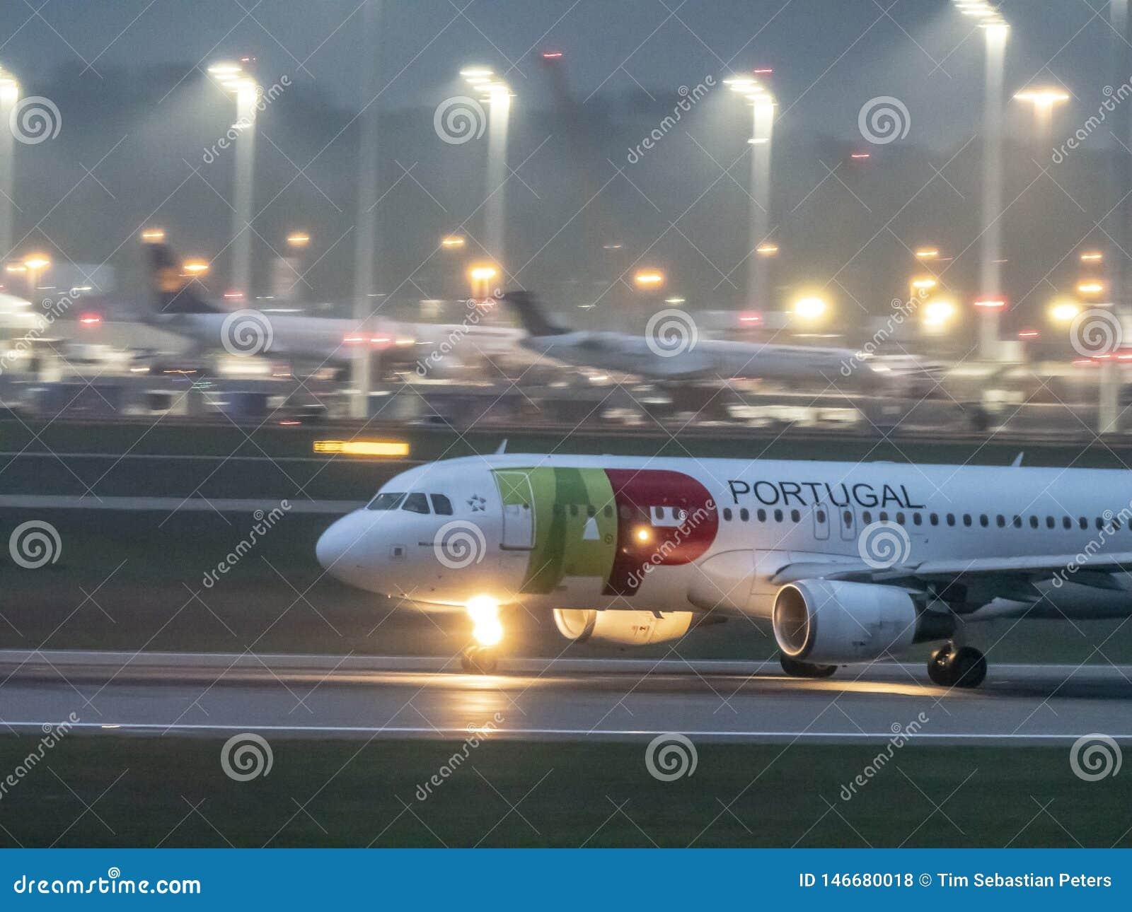 Munich Tyskland/Gemany 05 Maj 2019: Den TAP Portugal nivån landar på MUC-flygplats