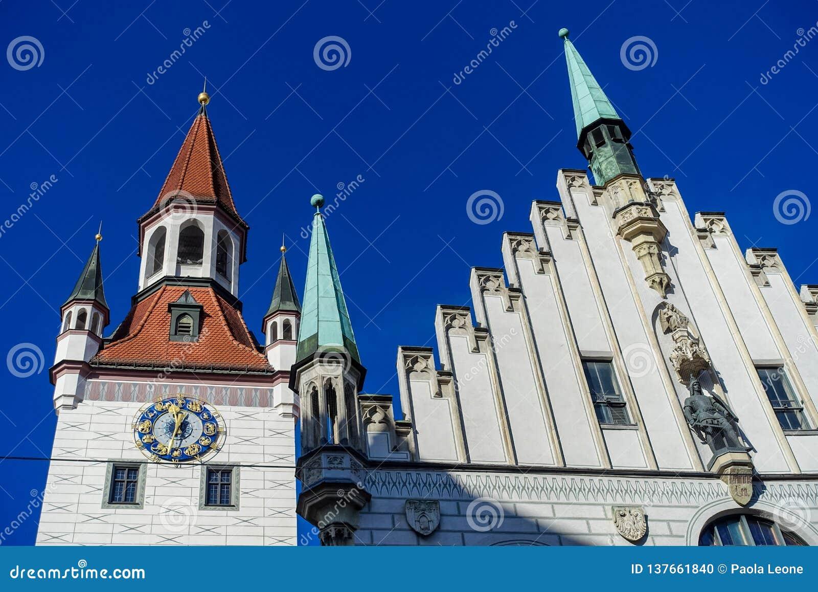Munich TYSKLAND - Januari 17, 2018: Gammal stad Hall Altes Rathaus Details i Marienplatz Munich