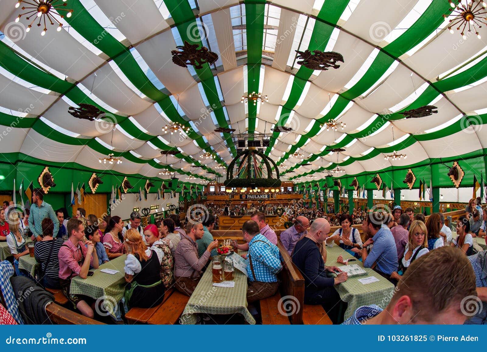 Munich Tyskland - September 21: Tält på Oktoberfesten på September 21, 2015 i Munich, Tyskland