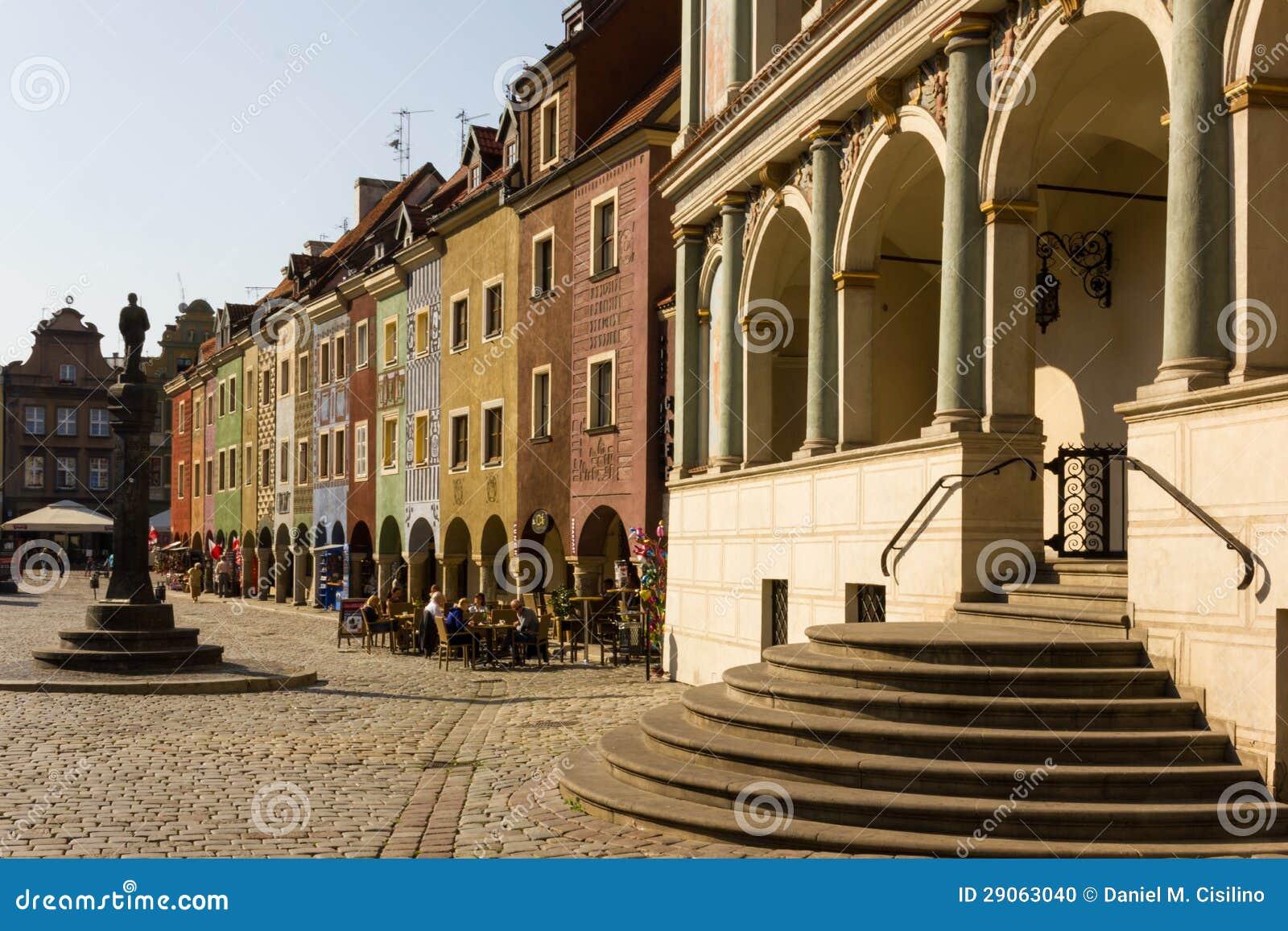 Municipio & case dei commercianti nel quadrato del mercato. Poznan. La Polonia