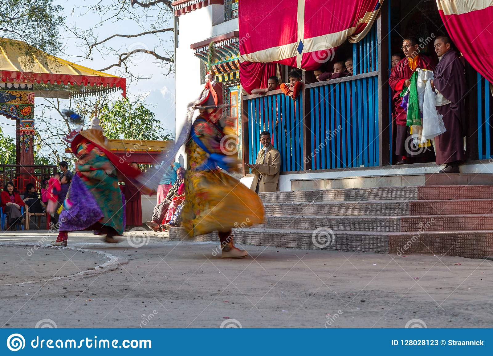 Munkar utför maskerad och kostymerad dans av tibetan buddism under Chamdansfestivalen Dansare gjorde suddig rörelse