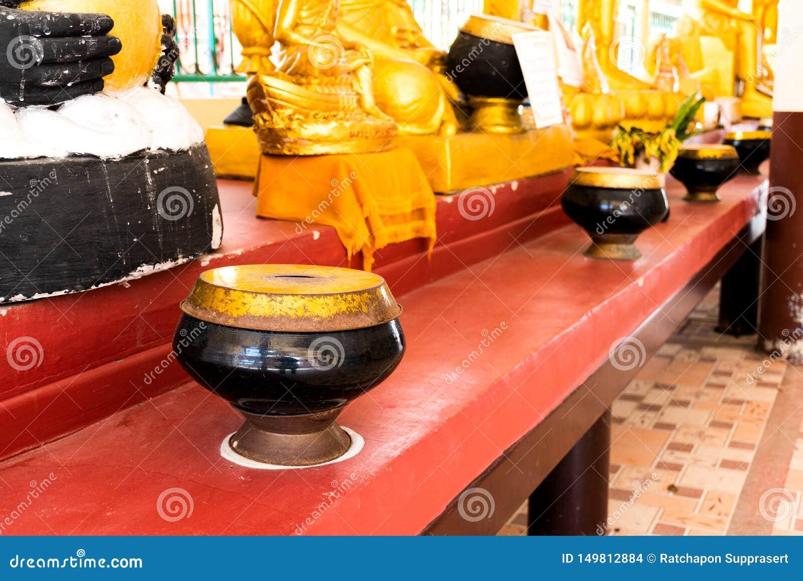 Munks bunke eller allmosa bowlar i buddhismtempel från Thailand