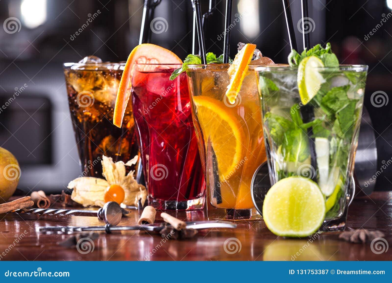 Munt mojito-cocktail, oranje cocktail, aardbeicocktail in glasglazen met stro Bartoebehoren: schudbeker