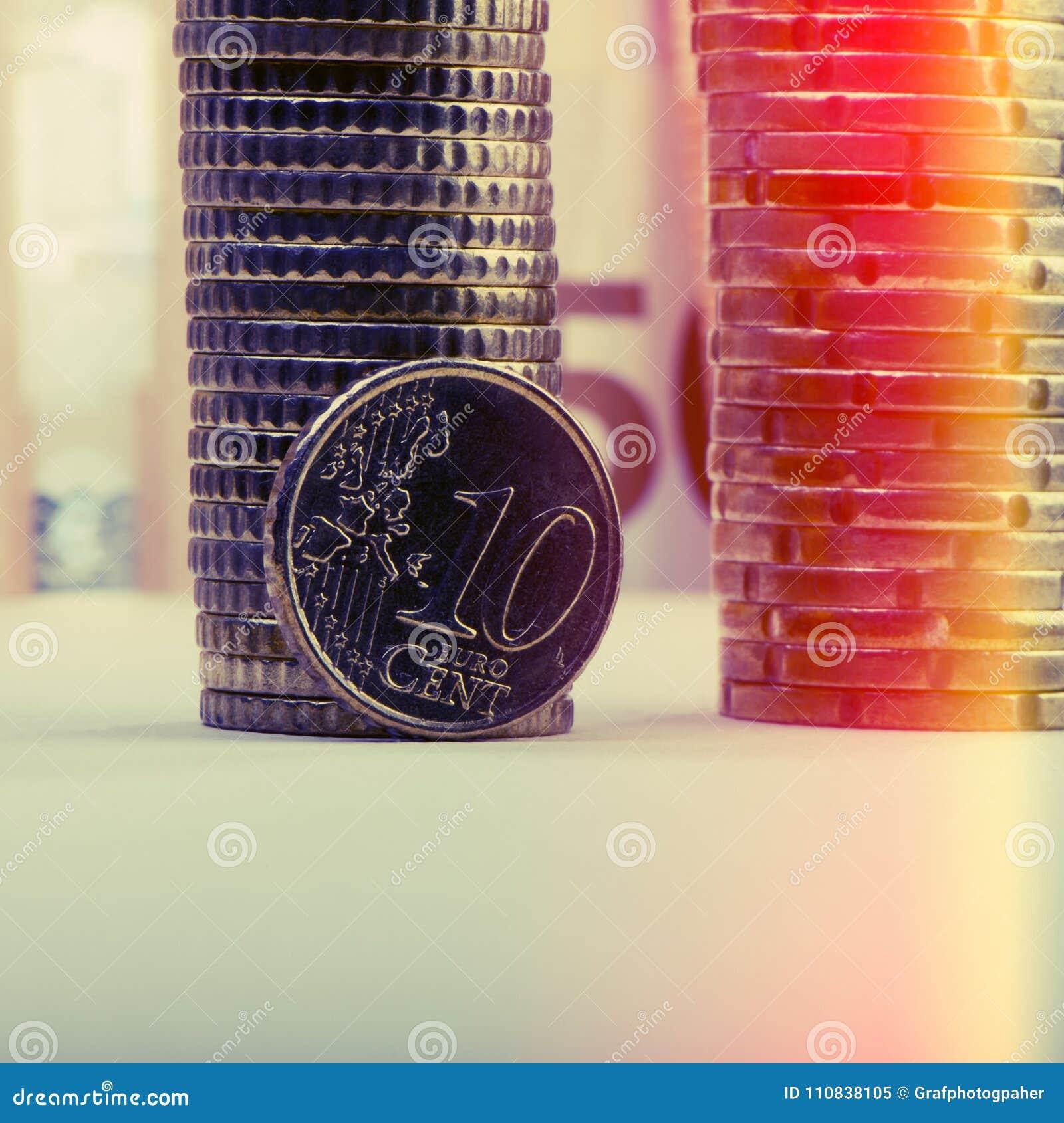 Muntstuk van tien eurocenten op de achtergrond van gevouwen muntstukken en p