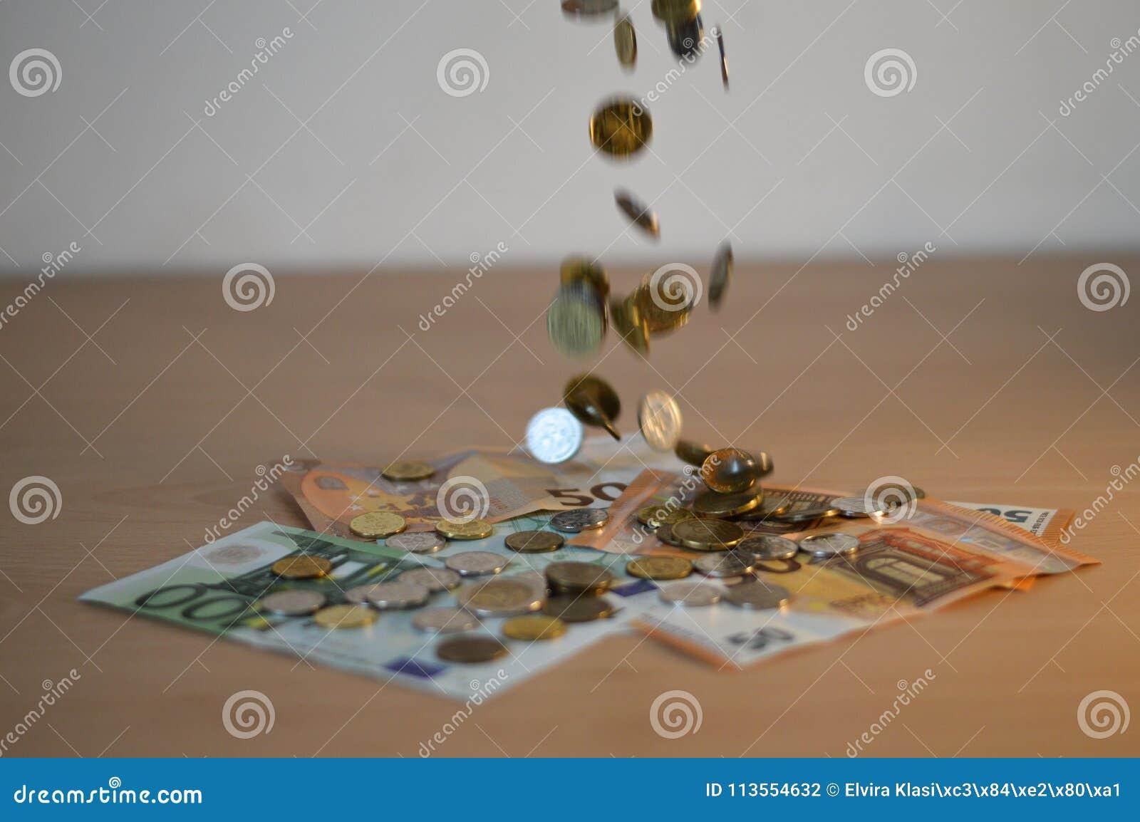 Muntstukken die op het contante geld vallen