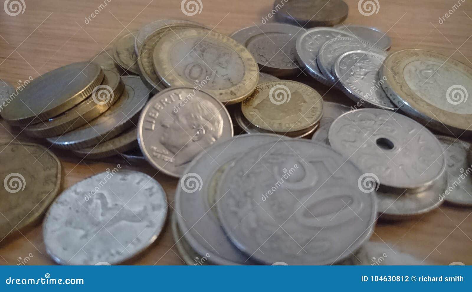 Download Muntstukken Uit De Hele Wereld Stock Foto - Afbeelding bestaande uit cent, zilver: 104630812