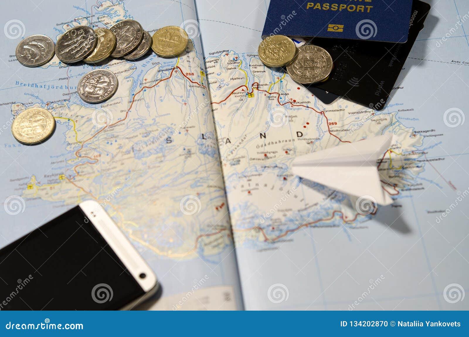 Muntstukken van IJsland, het vliegtuig, smartphone, het biometrische paspoort, de dollars, de muntstukken en de creditcards