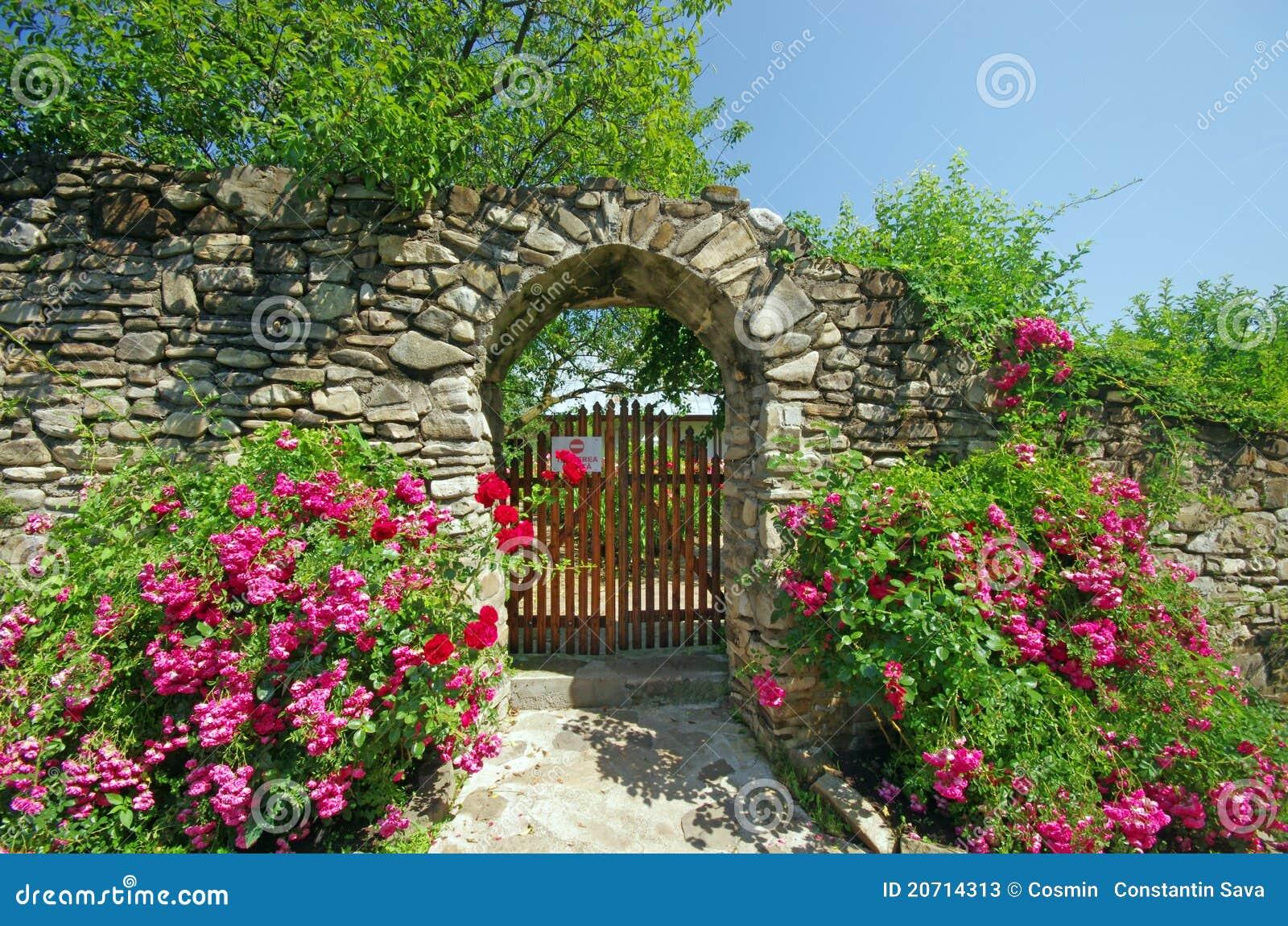 mur antique avec des fleurs image stock image 20714313. Black Bedroom Furniture Sets. Home Design Ideas