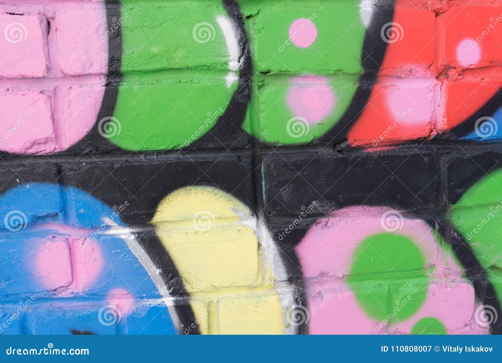 Mur Apinted Avec La Peinture Multicolore D Arc En Ciel Jaune
