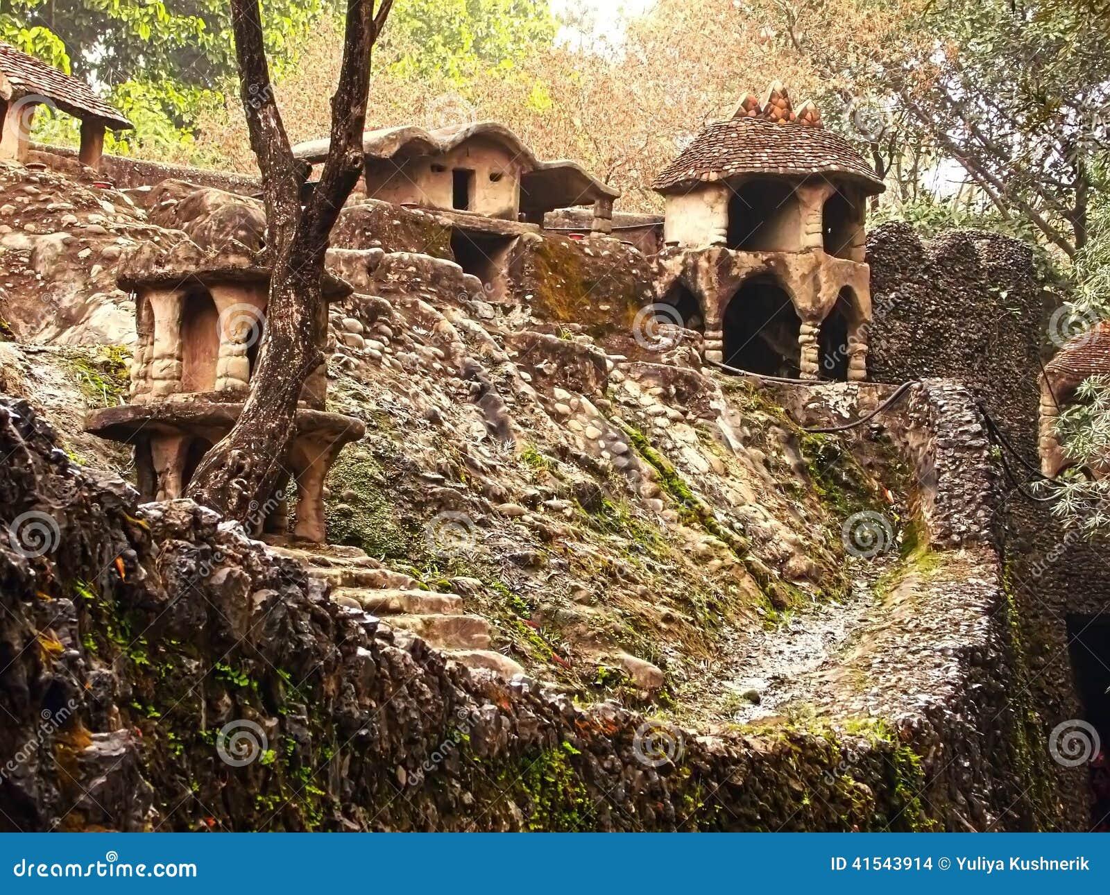 mur avec la d coration dans le jardin en pierre photo stock image 41543914. Black Bedroom Furniture Sets. Home Design Ideas