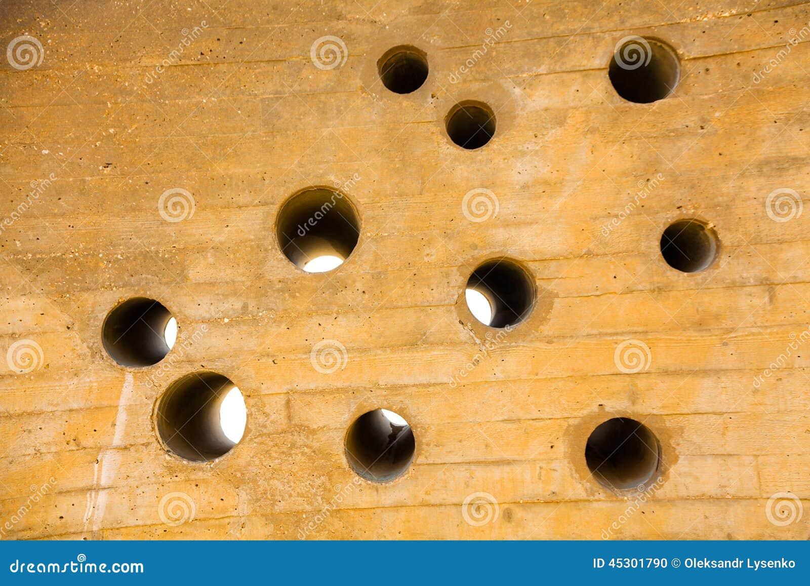 Mur avec une pluralité de trous ronds
