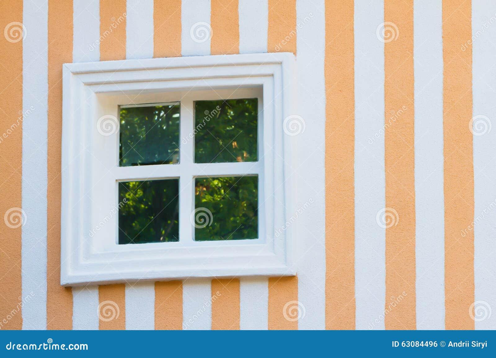 Download Mur Coloré Avec Une Fenêtre Blanche Photo stock - Image du blanc, gentil: 63084496