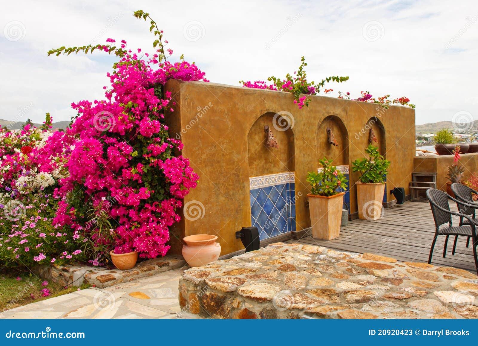 Mur Décoratif De Stuc Au Patio De Jardin Image stock - Image du ...
