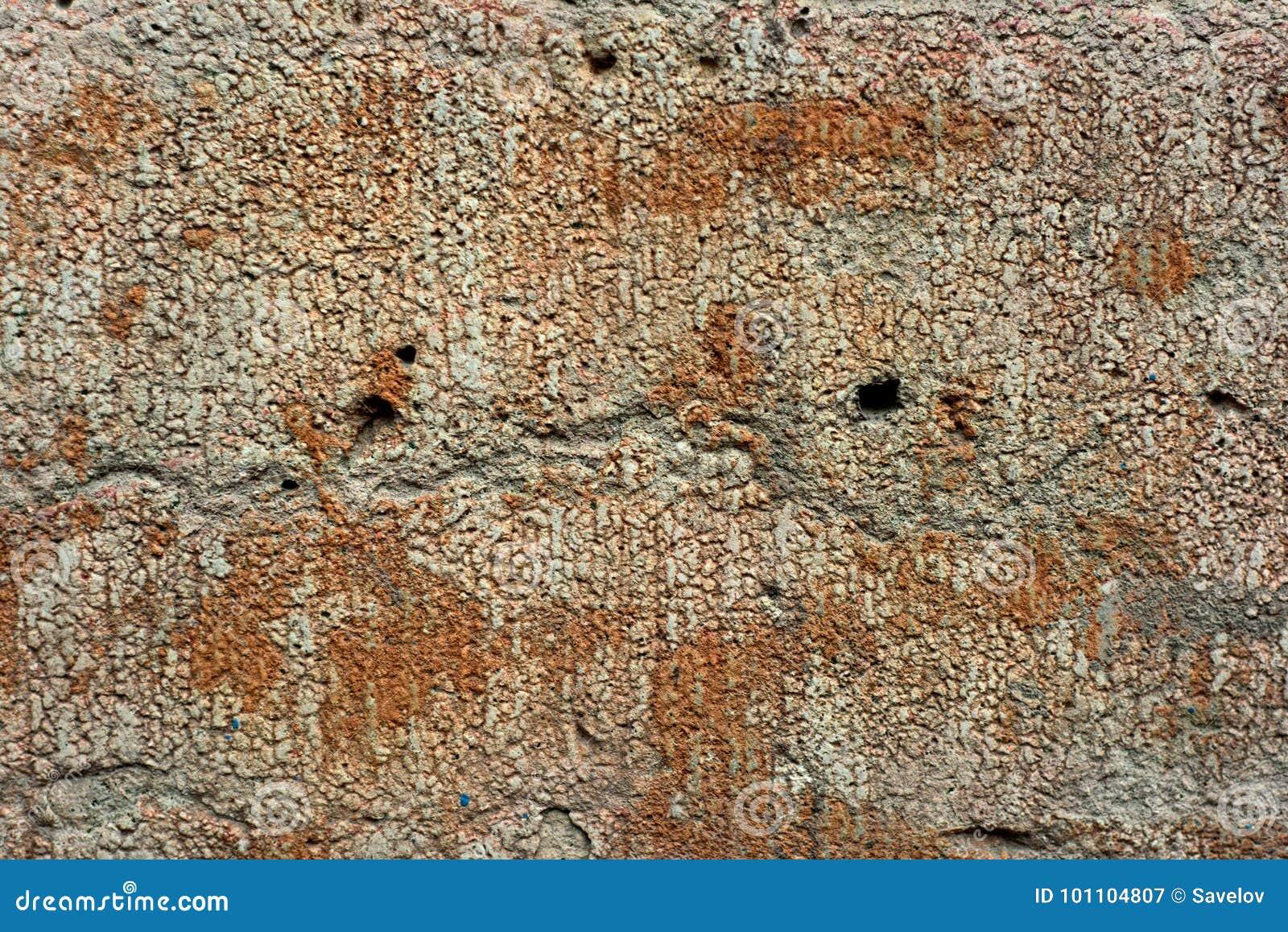 Mur déformé par grunge avec des trous