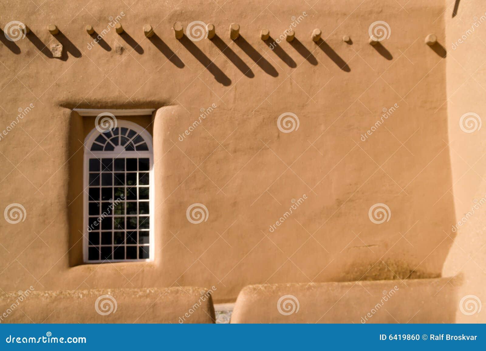 Mur d Adobe avec l hublot et les ombres