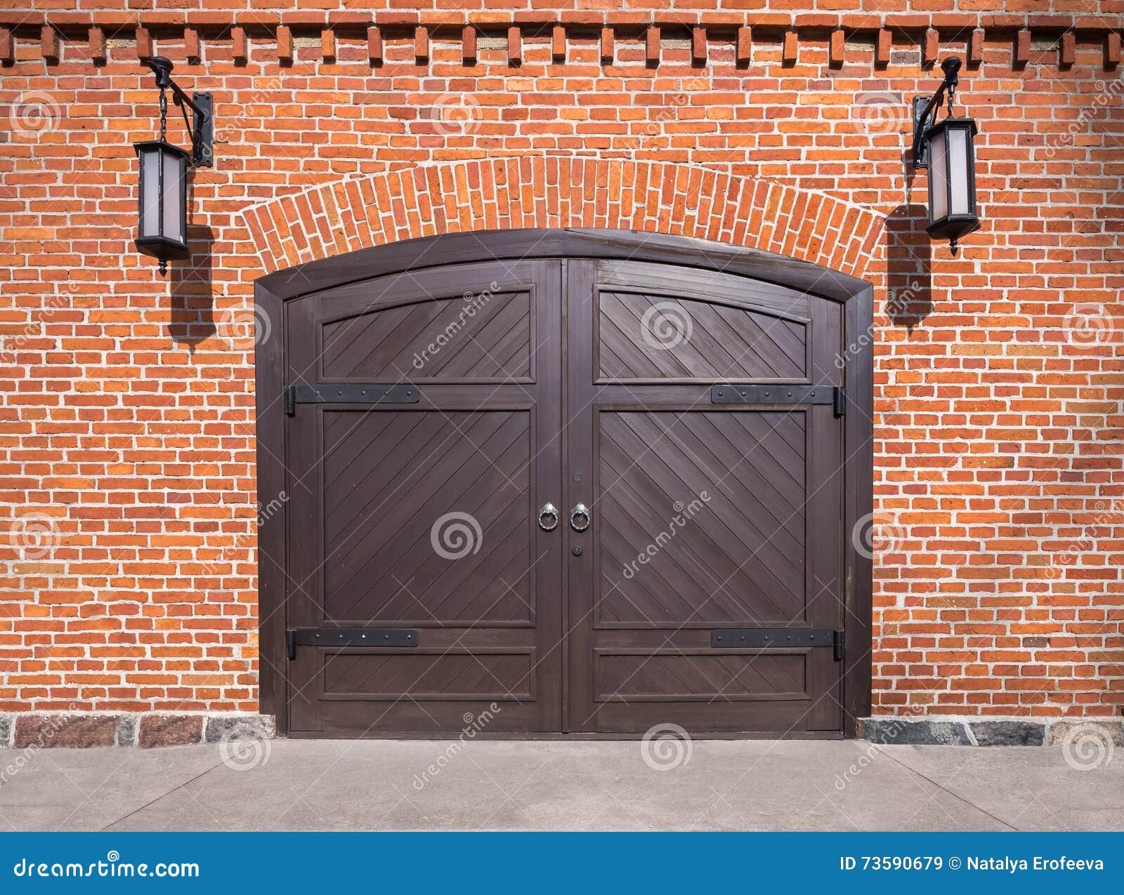 Mur de briques avec la vo te et la porte en bois image for Garage volkswagen rue de la voute