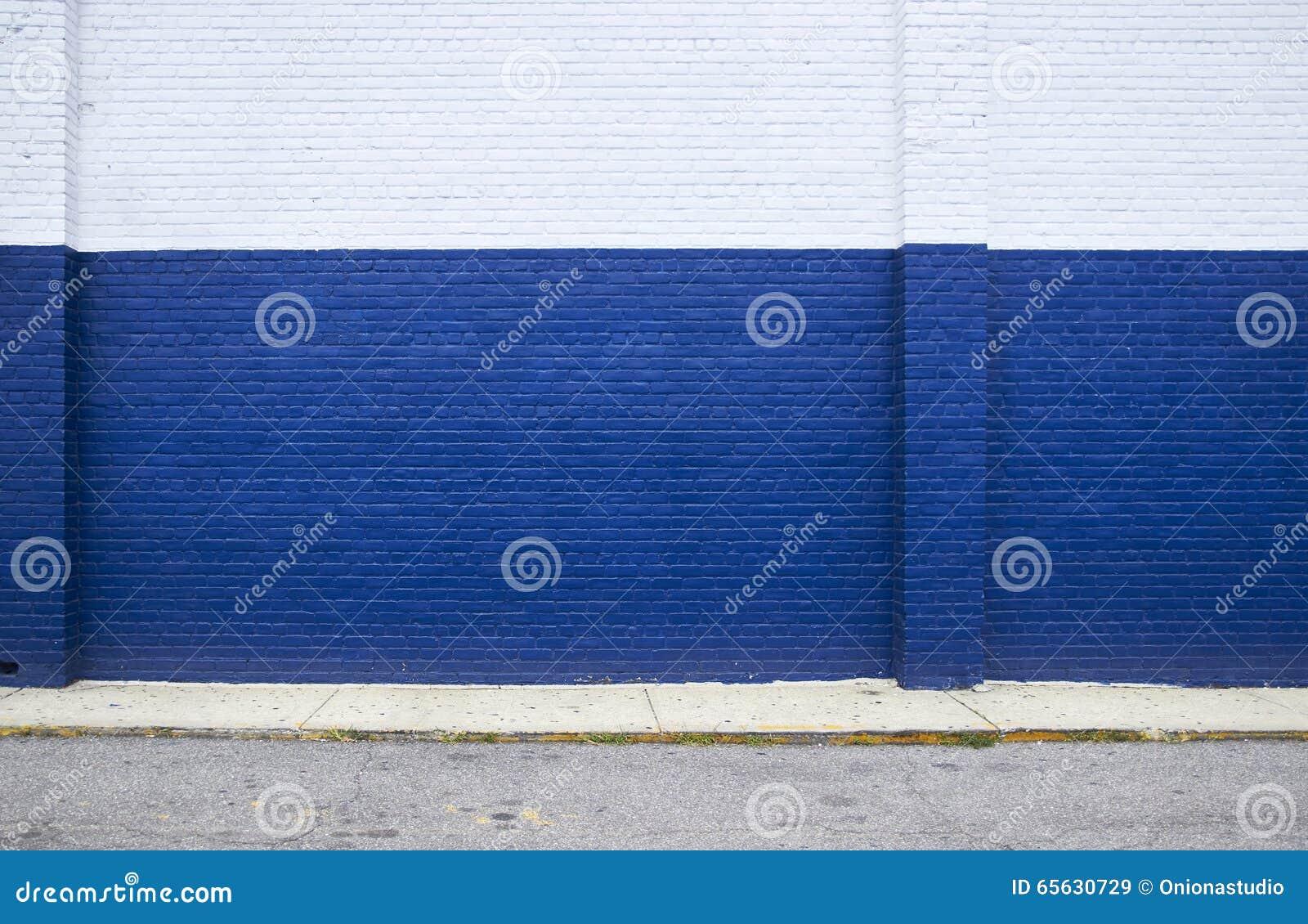 Mur de briques bleu sur la rue