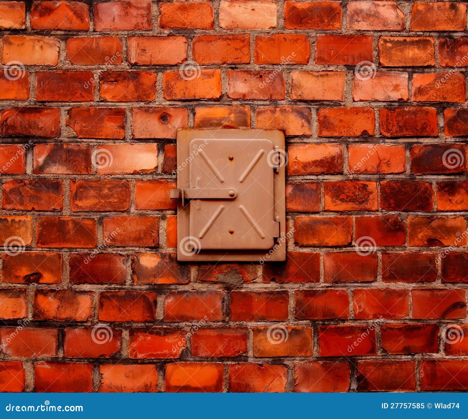 Mur de briques et trappe en acier construite