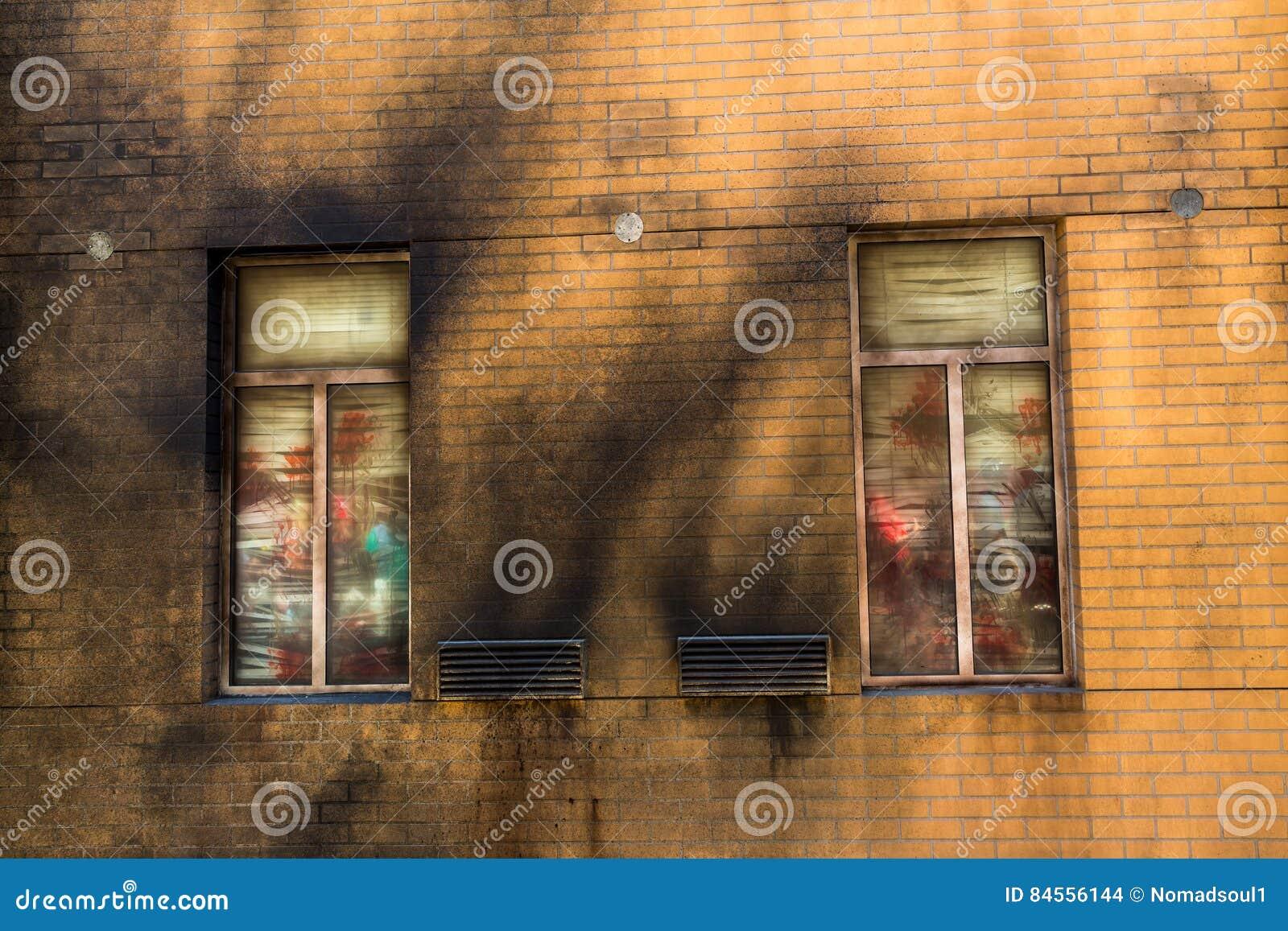 Mur de briques grunge avec la fenêtre