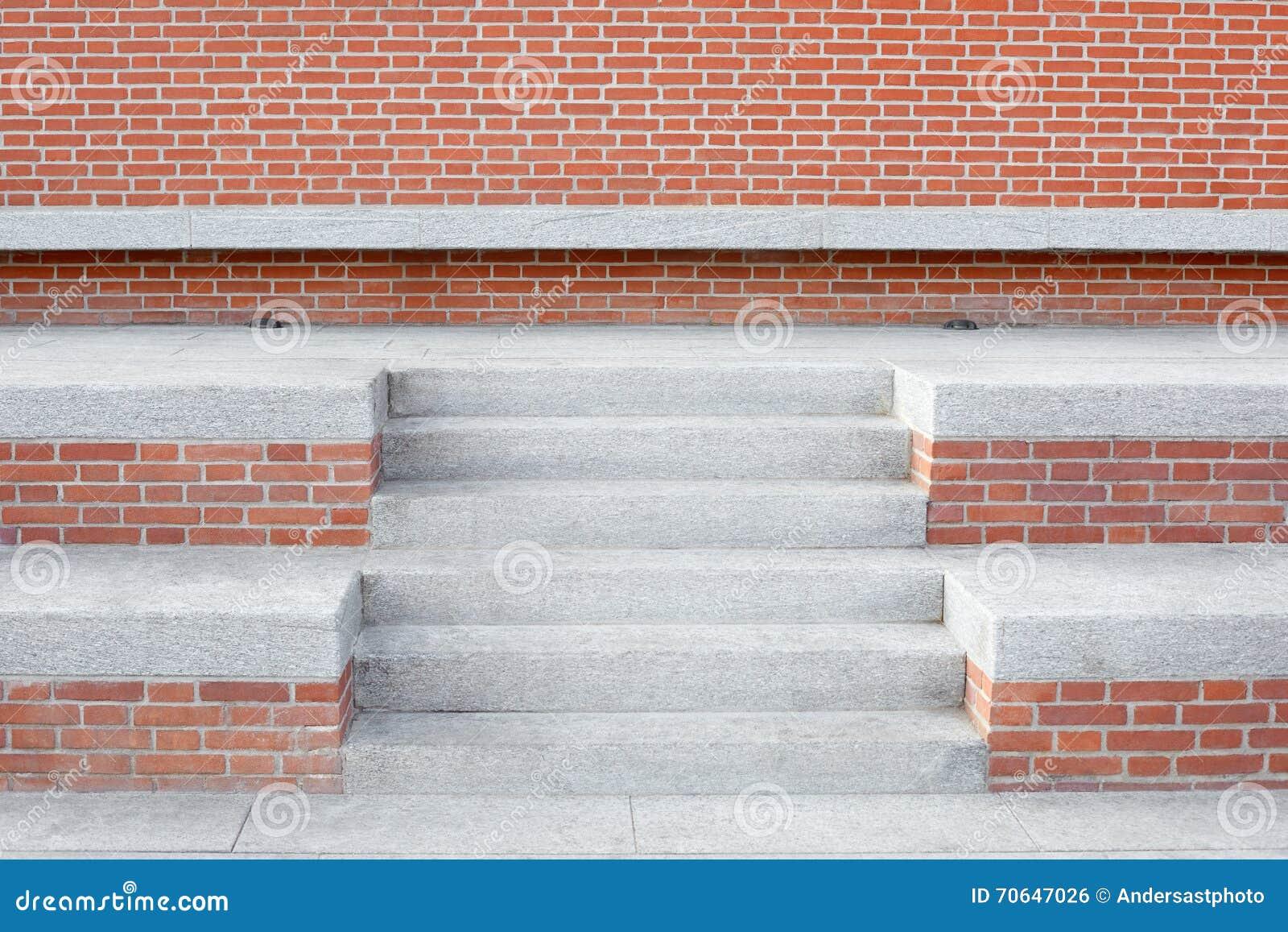 mur de briques rouges avec l 39 escalier en pierre et les. Black Bedroom Furniture Sets. Home Design Ideas