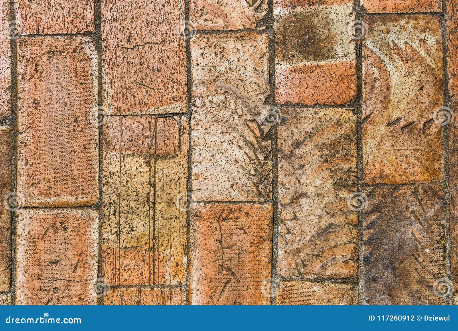 Mur de grandes briques brunes
