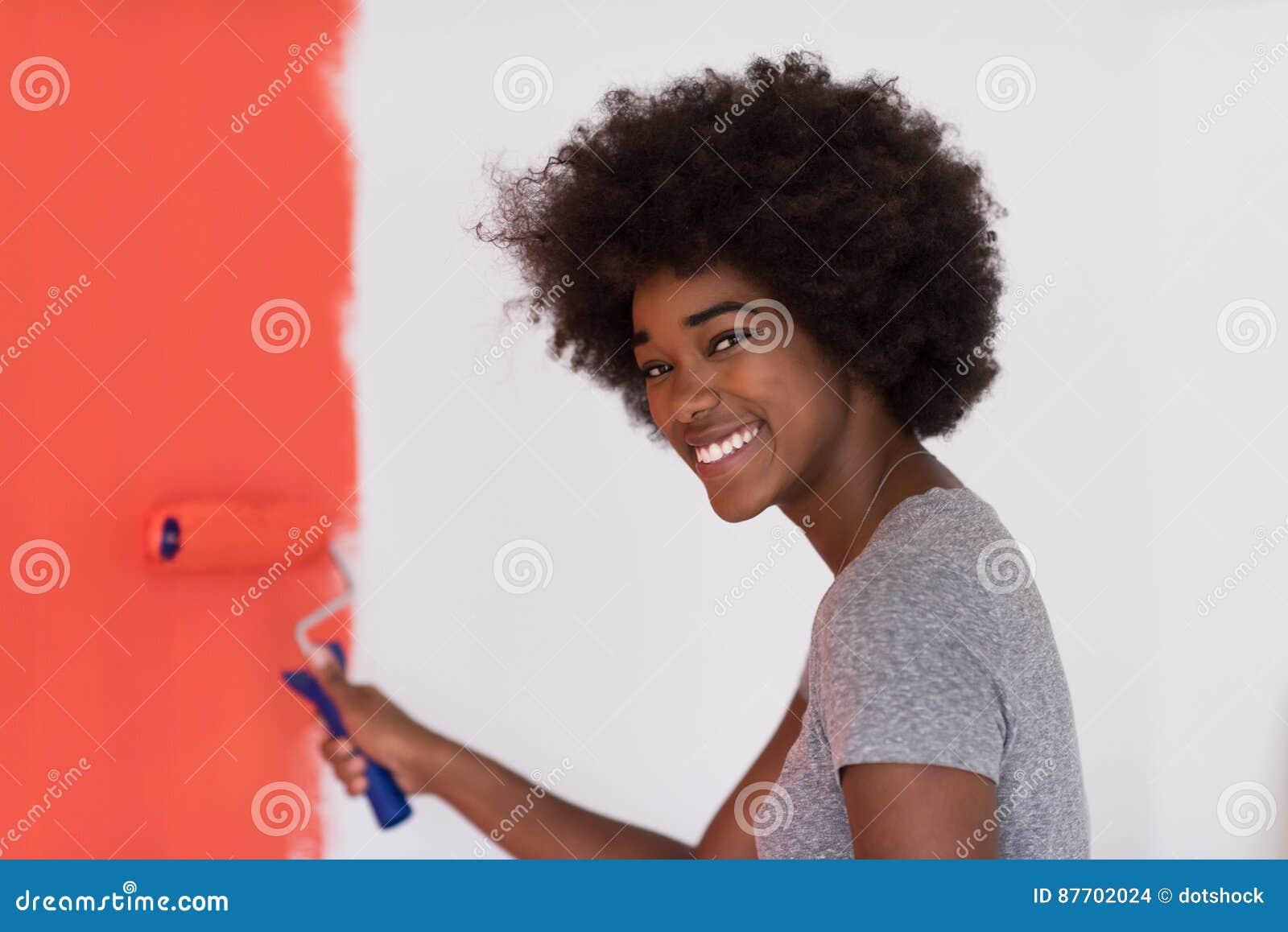 Mur de peinture de femme de couleur