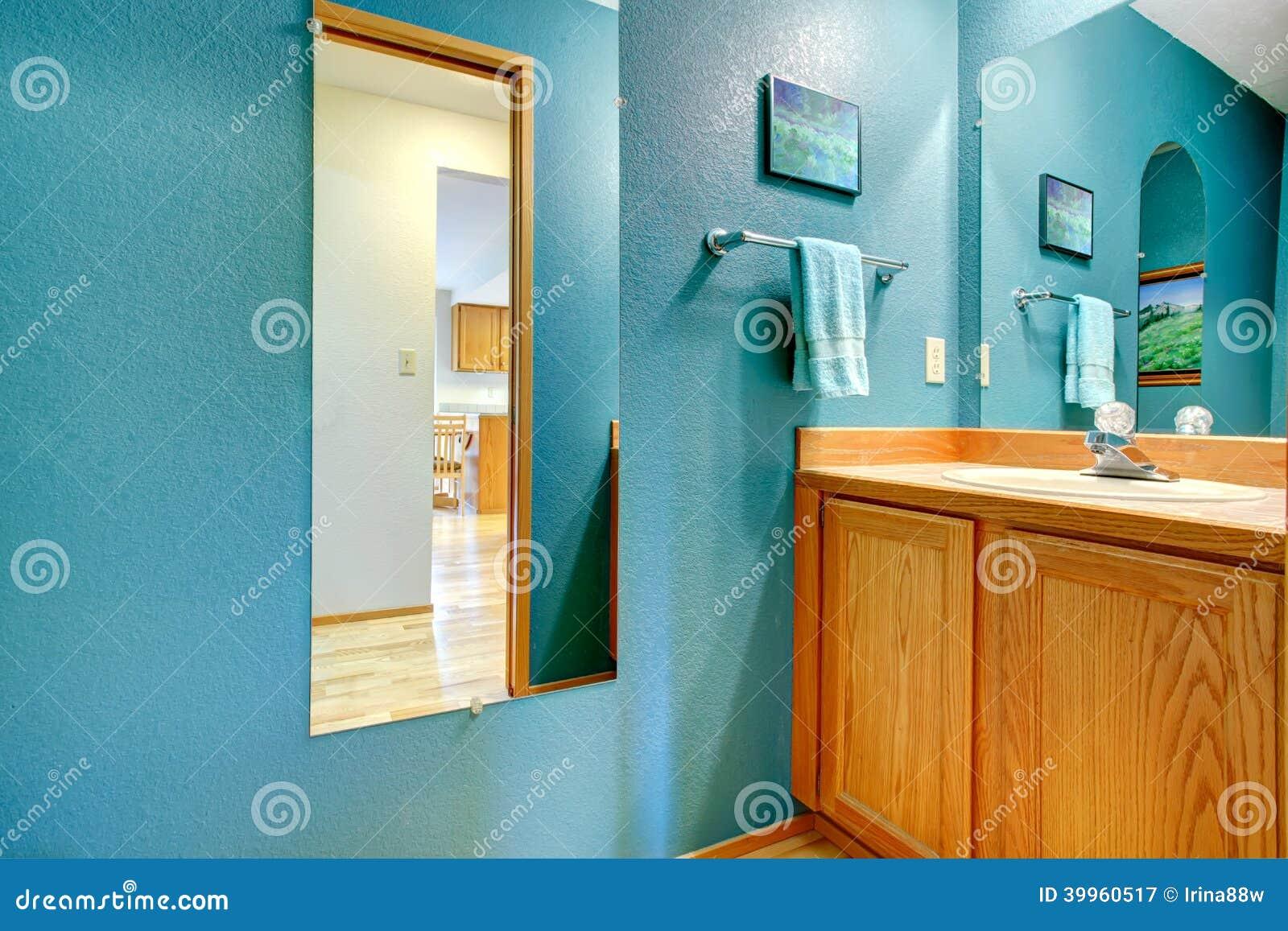 Mur de turquoise de salle de bains avec le miroir photo for Le miroir de l eau