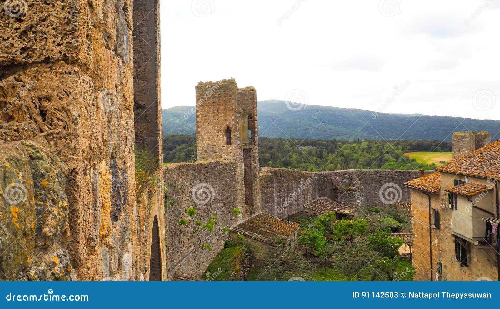 Mur de ville de Monteriggioni avec le fond de ciel bleu