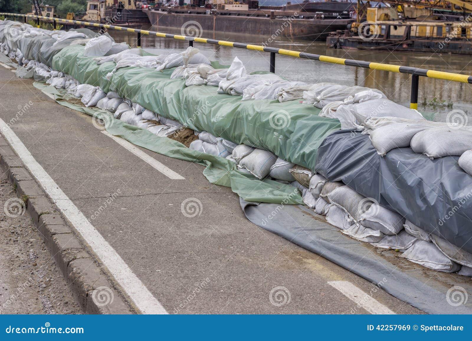Mur des sacs de sable pour la d fense d 39 inondation photo stock image 4 - Sac de sable inondation ...