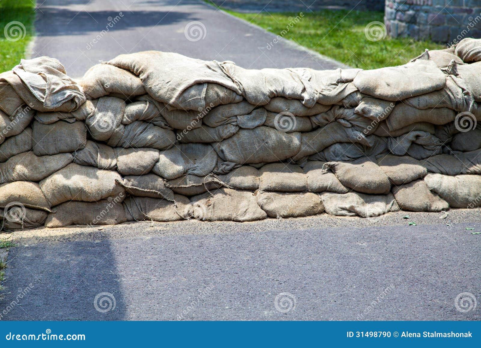 Mur des sacs de sable prot g s contre l 39 inondation photo stock image 3 - Sac de sable inondation ...