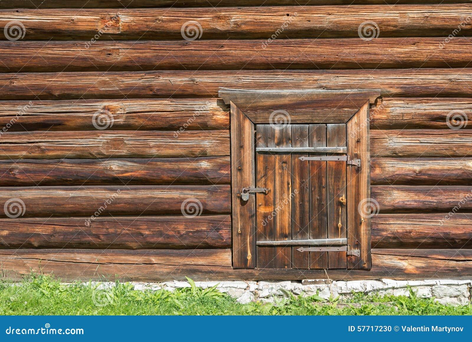 mur en bois de vieille cabane en rondins avec la porte ferm e et cadenas l dessus photo stock. Black Bedroom Furniture Sets. Home Design Ideas