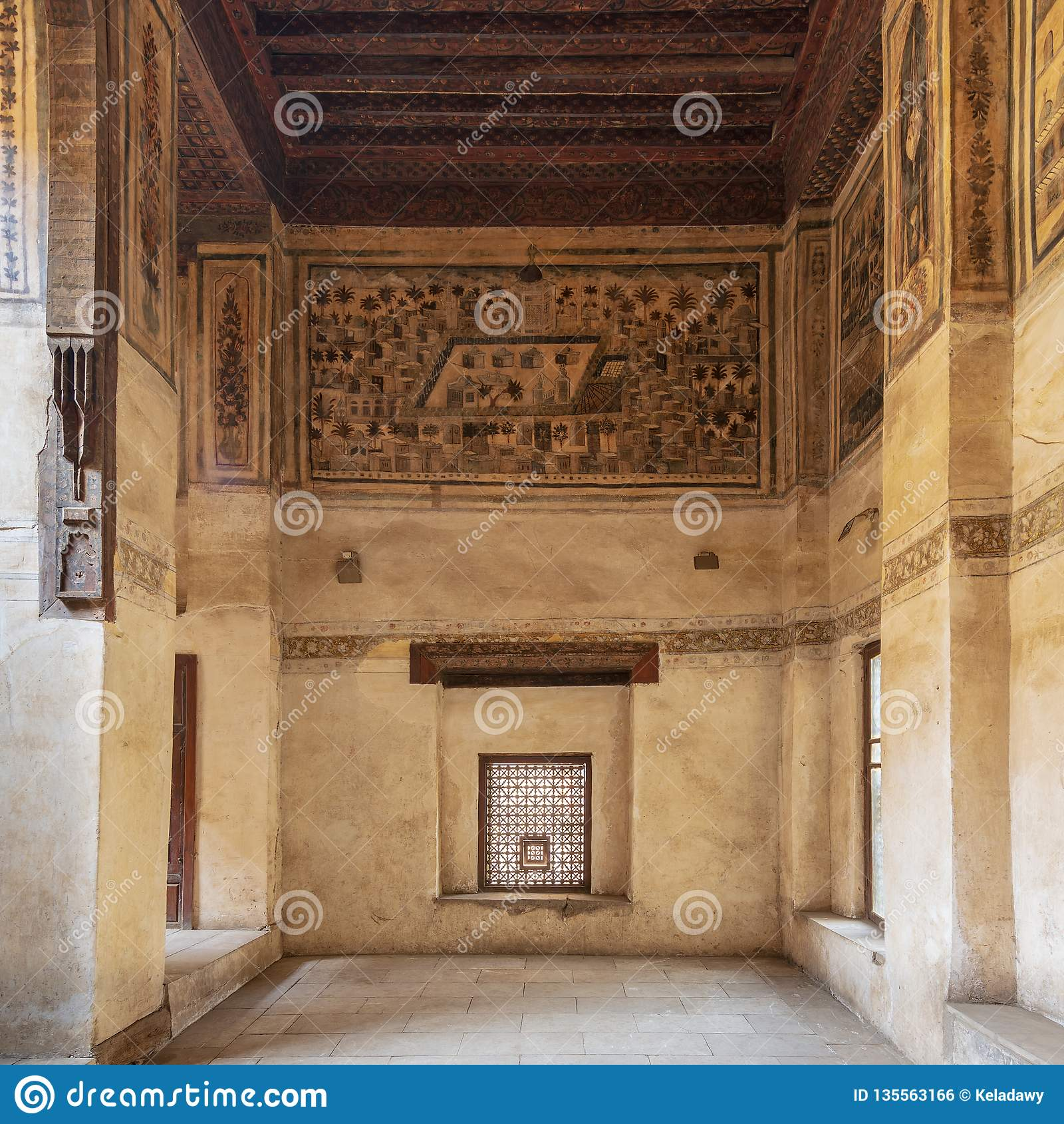 Mur En Pierre Avec La Fenêtre En Bois Mashrabiya Et Peinture