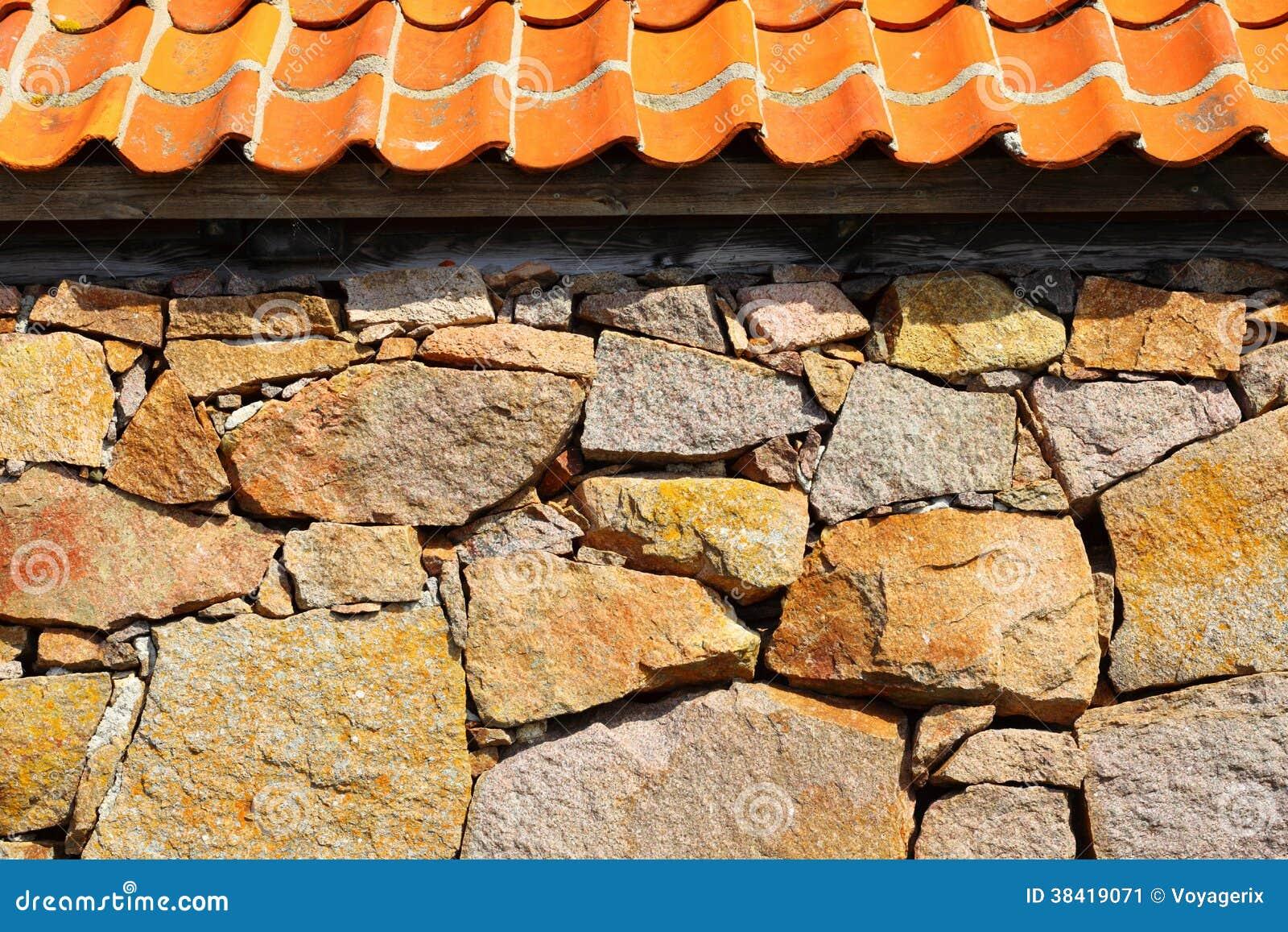 mur en pierre avec le toit d 39 argile rouge image stock image 38419071. Black Bedroom Furniture Sets. Home Design Ideas
