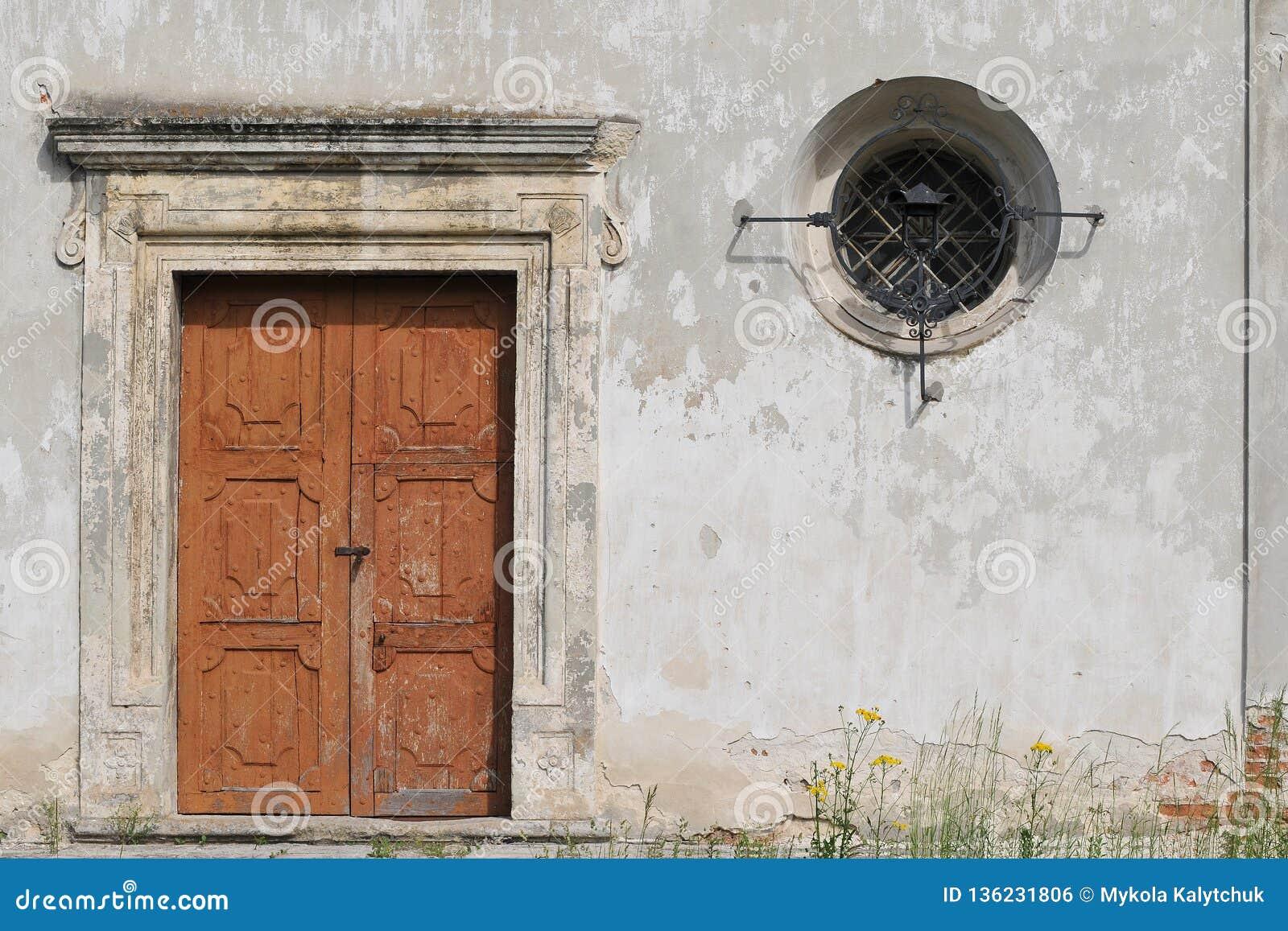 Mur En Pierre Avec Une Vieille Porte En Bois Et Une Petite Fenêtre