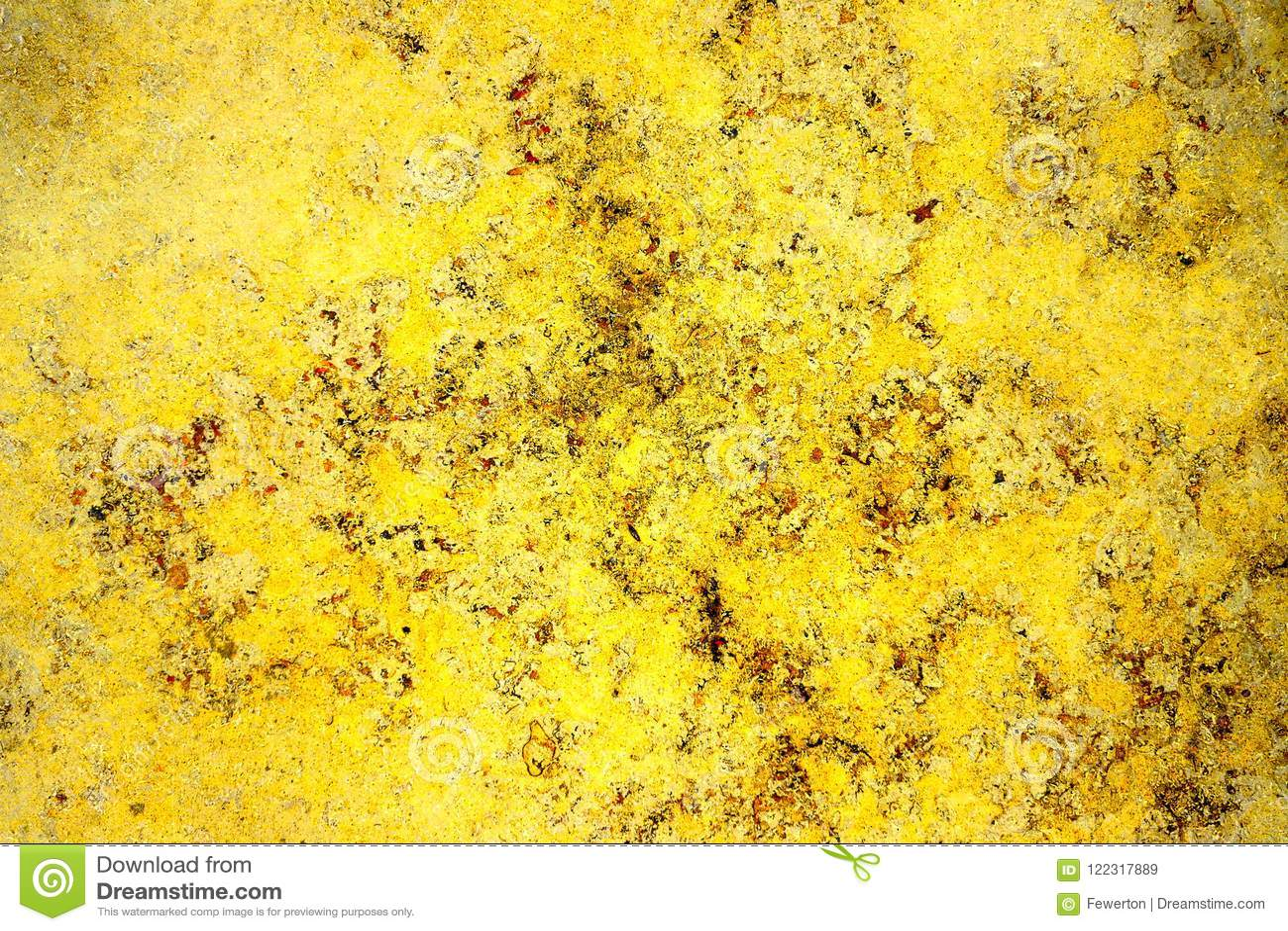 Mur en pierre de façade jaune d or de couleur avec des imperfections, des trous et des fissures comme texture abstraite rustique