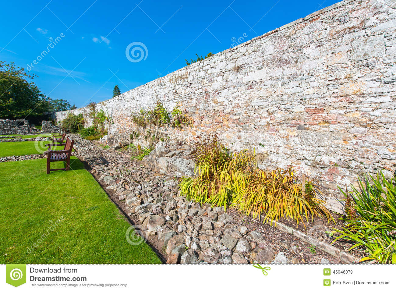 Mur en pierre de jardin photo stock image 45046079 for Mur en pierre jardin