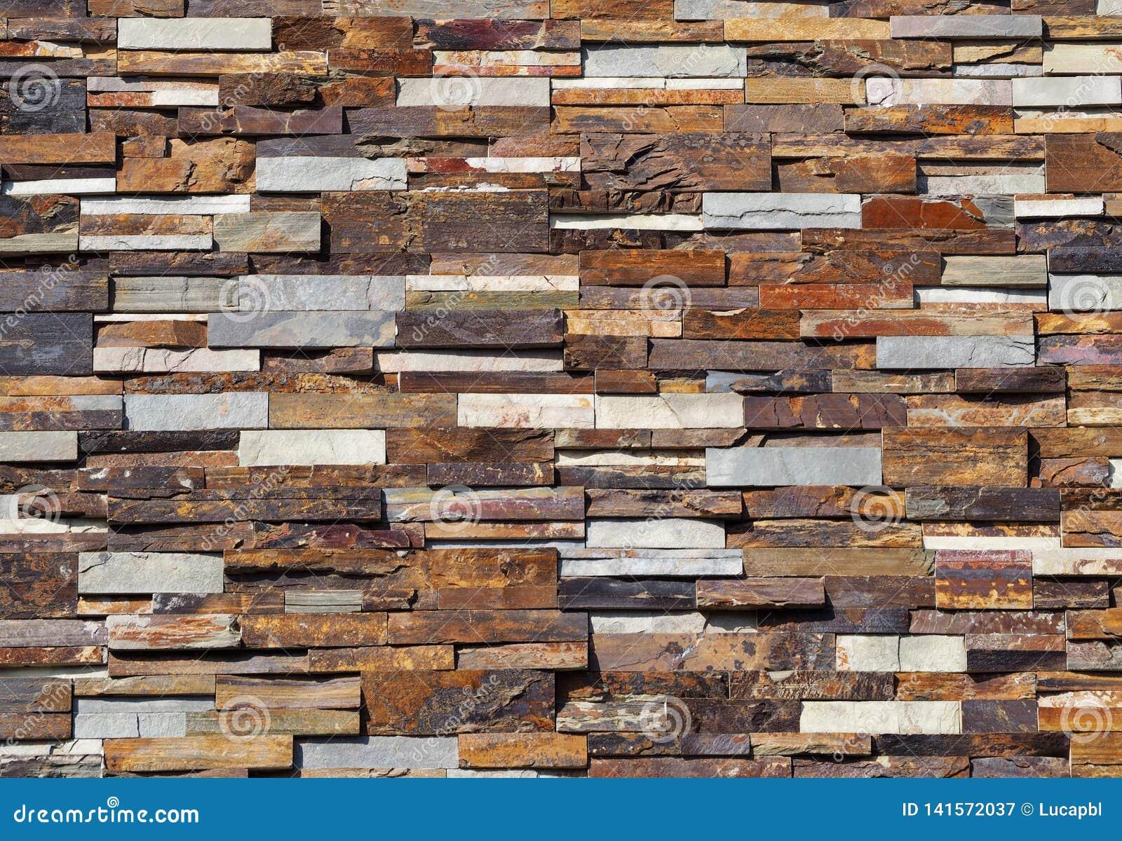 Revetement Mur Exterieur Pierre mur en pierre de revêtement fait de dalles empilées rayées