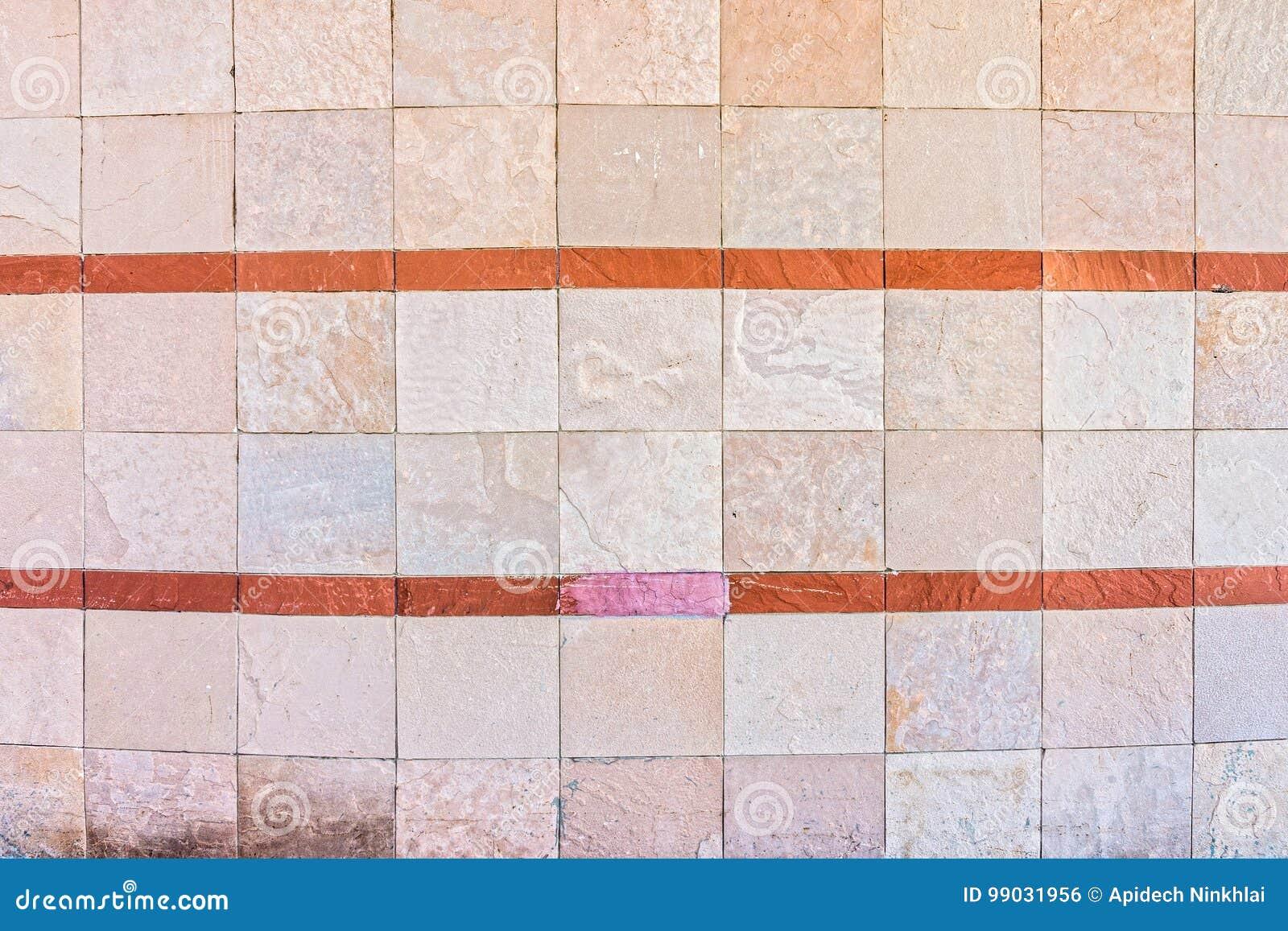 Mur En Pierre Naturel Incurve Avec Des Bandes De Couleur