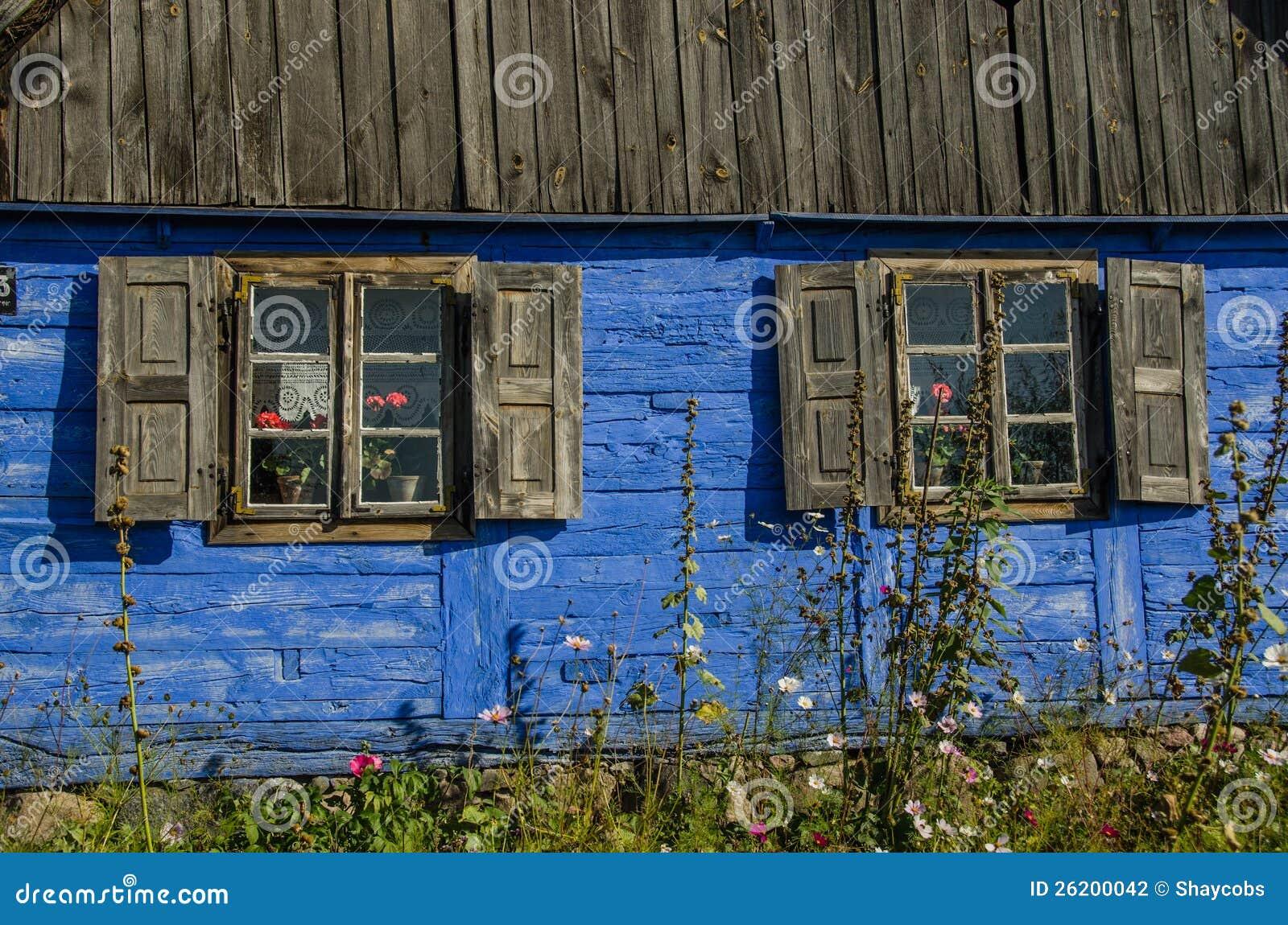 Mur ext rieur en bois bleu d 39 une maison de campagne avec for Maison de campagne en bois