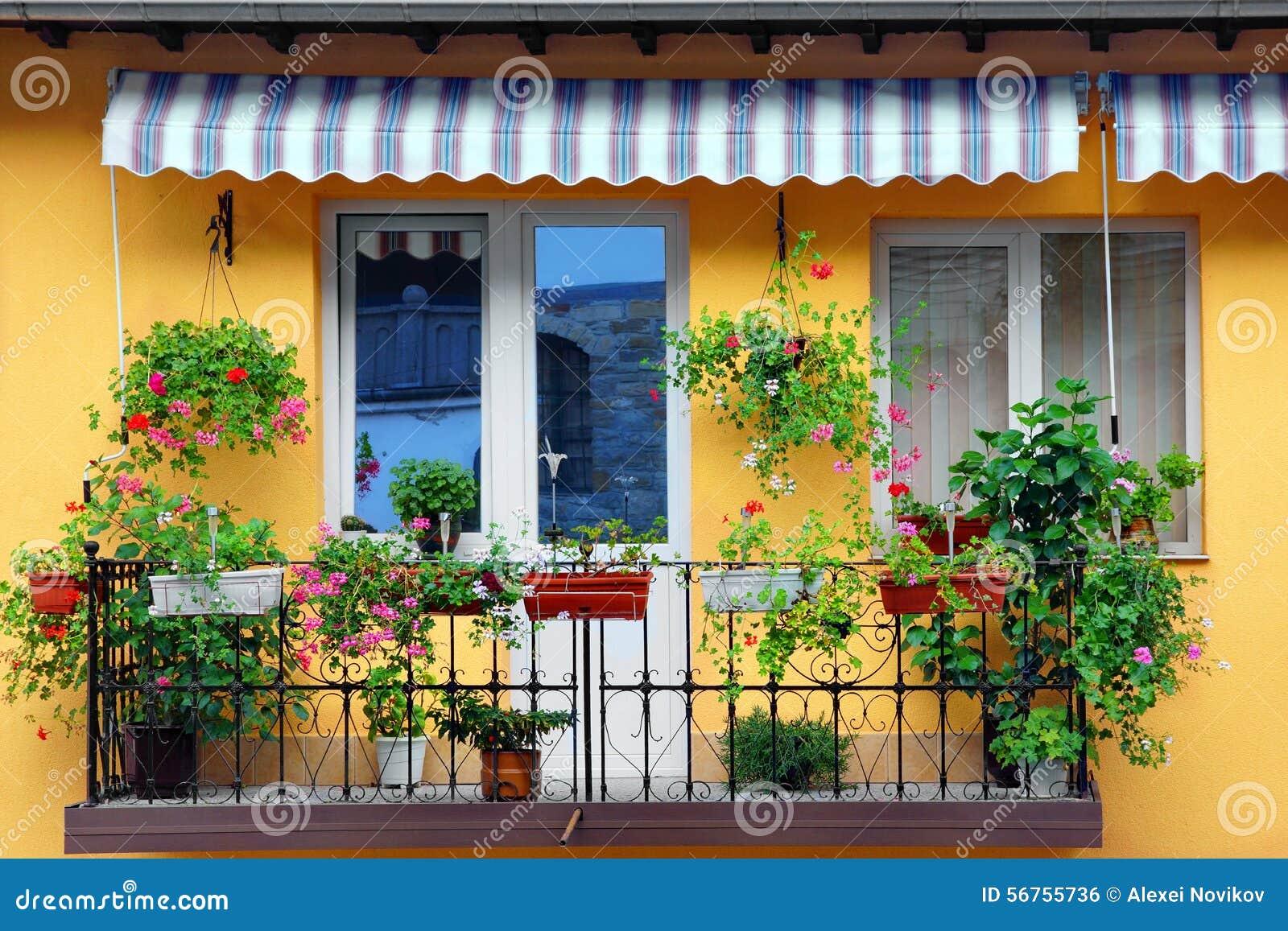 mur jaune de b timent avec le jardin fleuri de balcon photo stock image du fleuri down 56755736. Black Bedroom Furniture Sets. Home Design Ideas