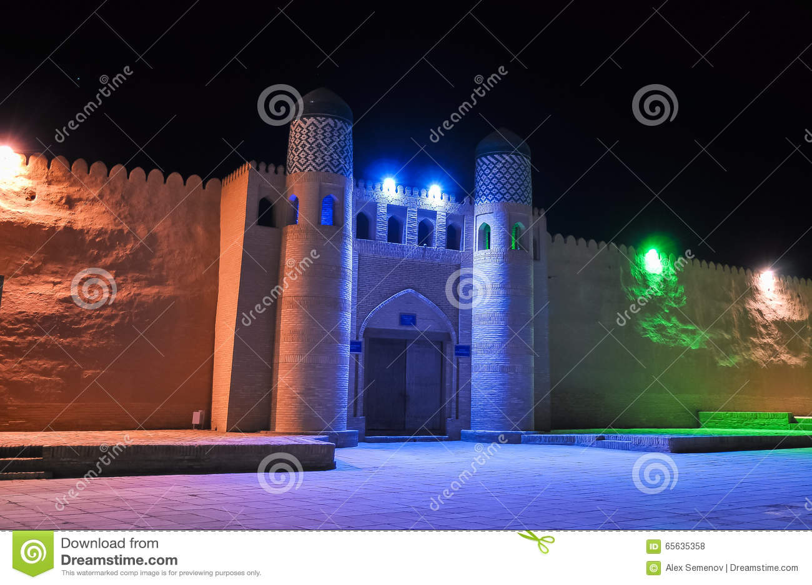 Mur médiéval avec une porte dans les lumières de couleur claire