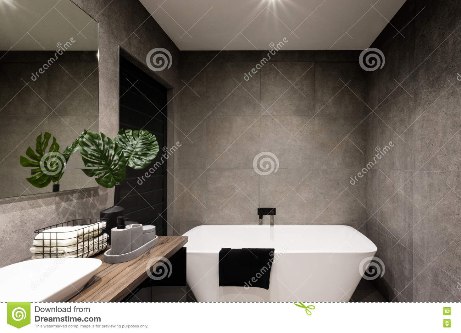 Mur Moderne De Salle De Bains Fait Dans Des Tuiles De Couleur Foncée
