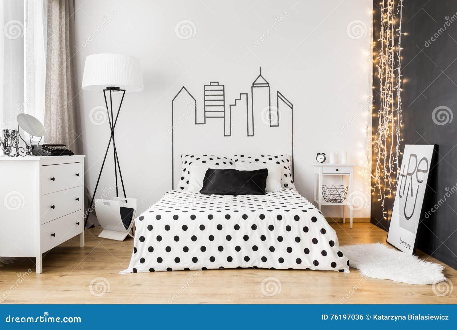 Intérieur Lumineux De Chambre à Coucher Avec Le Lit Large, La Commode Et Un Mur  Noir
