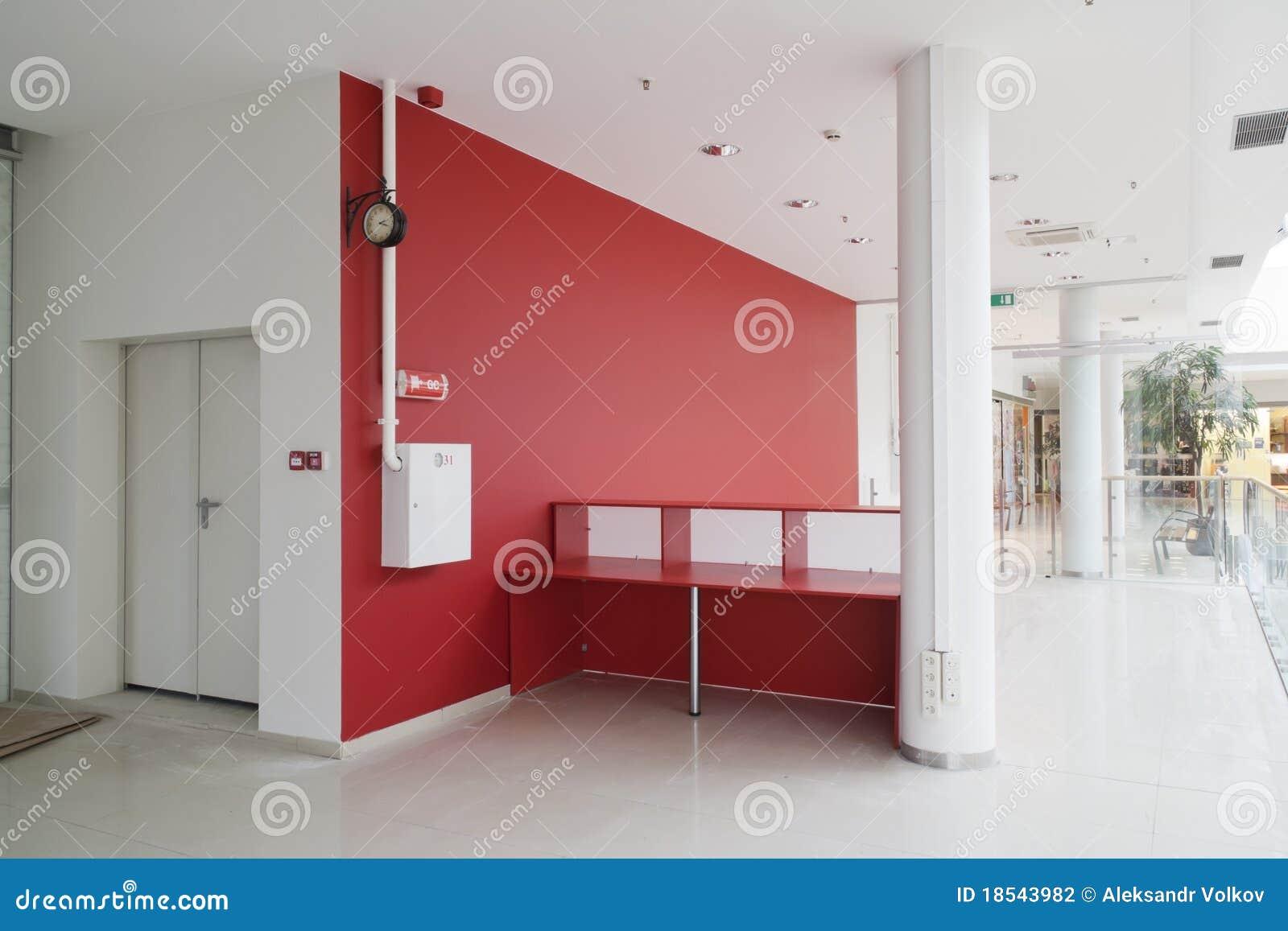 Mur rouge au bureau moderne photographie stock image for Grand bureau moderne