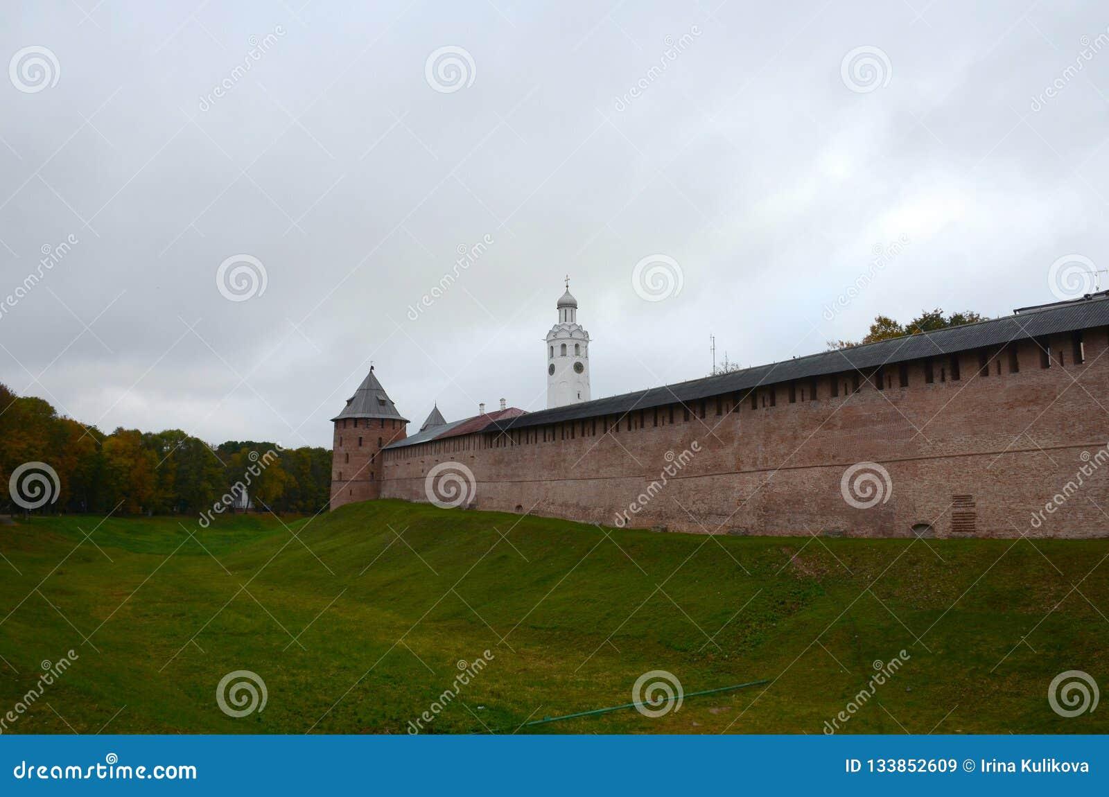 Mur rouge de Kremlin avec une tour faisante le coin à côté d une couverture de fossé