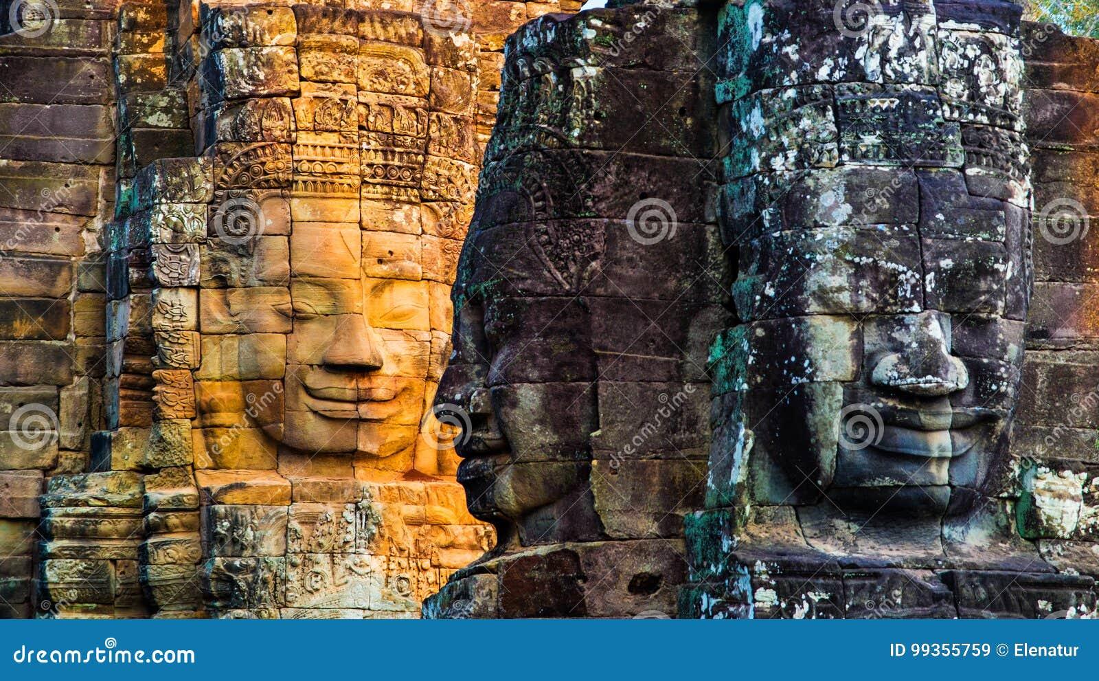 Murali e tempio di pietra Angkor Thom di Bayon della statua Angkor Wat